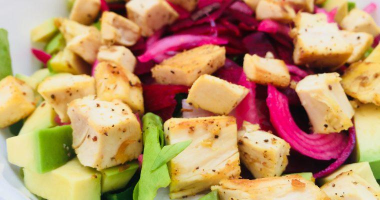 Salată cu piept de pui reciclat și accente roz