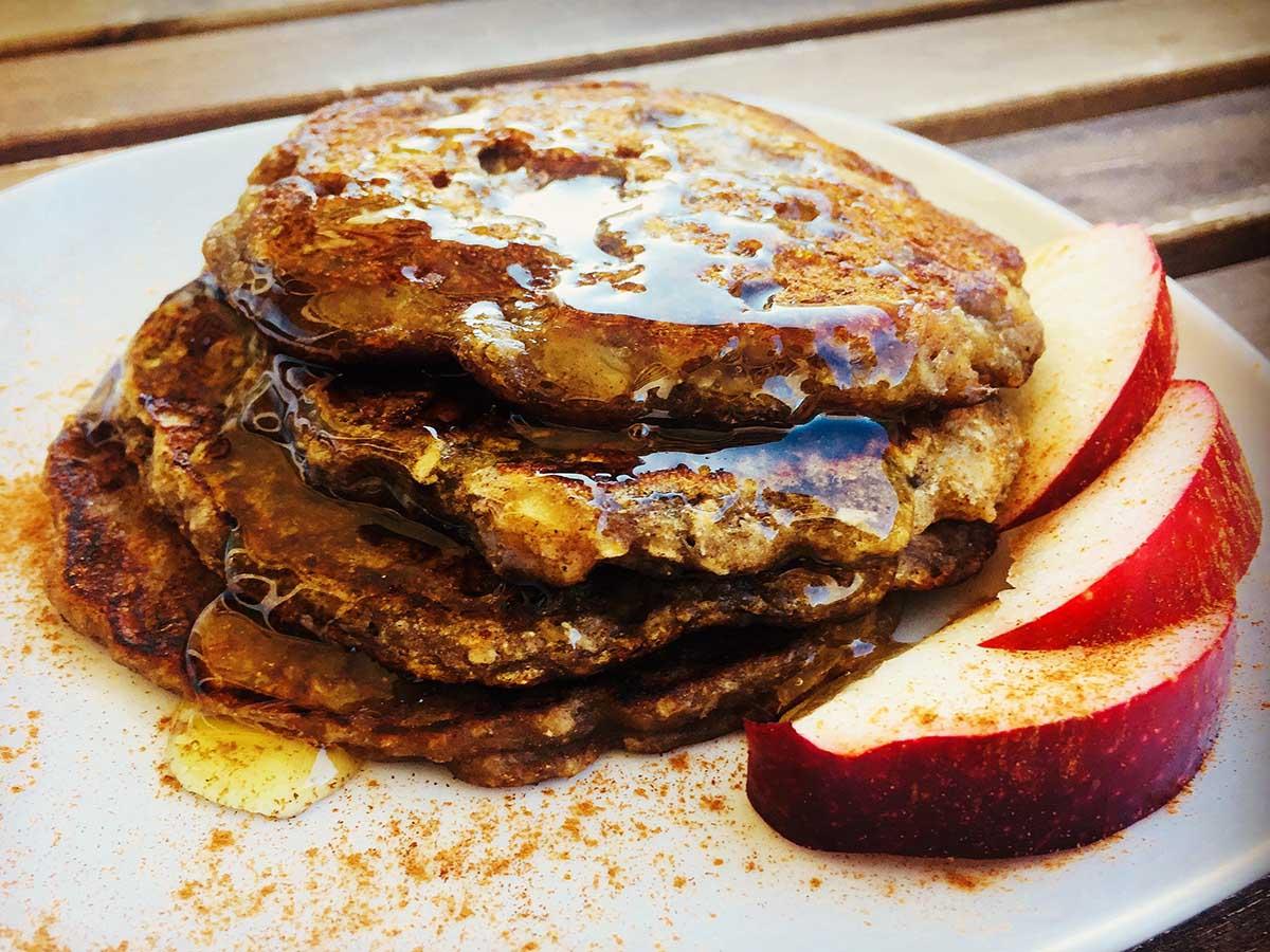 Pancakes cu măr și scorțișoară