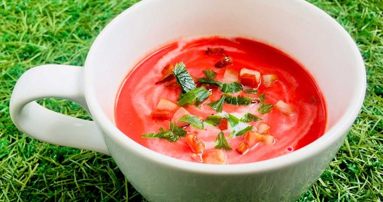 Supă cu sfeclă roșie și iaurt de cocos